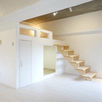 窓の対面にはなんと、階段で登るロフトが!