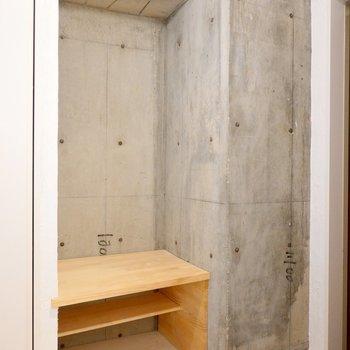 玄関にはインテリアにも腰掛けにもなりそうな、木製の棚が。どう使うかは、あなた次第。