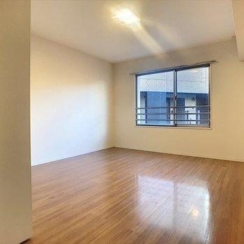洋室は10.3帖とベッド2つ置いても大丈夫なサイズ感。