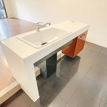 シンク、調理場はアイランド式、キッチンの床は掃除しやすいタイルになっています!