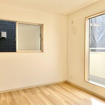 【2階:バルコニー側洋室】ここはゆったりめな空間です。(※写真は1階の同間取り別部屋のものです)
