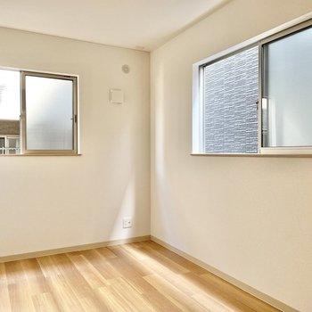 【2階:階段奥側洋室】2面採光で気持ち広く感じます◯(※写真は1階の同間取り別部屋のものです)