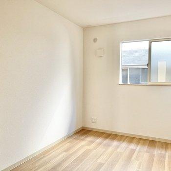 【2階:階段手前洋室】ここは子供部屋にしようかな!(※写真は1階の同間取り別部屋のものです)