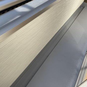 【2階:バルコニー側洋室】バルコニーはコンパクト。(※写真は1階の同間取り別部屋のものです)