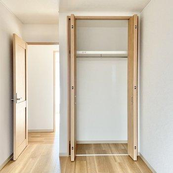 【2階:階段手前洋室】収納にはロング丈の洋服も掛けれます。(※写真は1階の同間取り別部屋のものです)