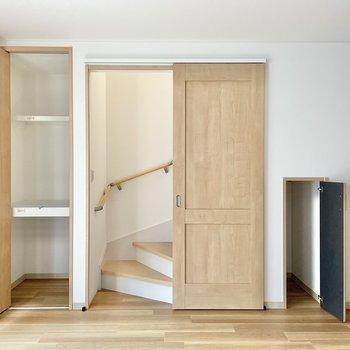 【1階:リビング】くるっと。扉の両脇に収納発見!(※写真は1階の同間取り別部屋のものです)