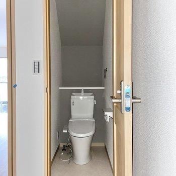 【1階】トイレは温水洗浄便座付き。(※写真は1階の同間取り別部屋のものです)
