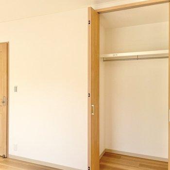 【2階:バルコニー側洋室】扉隣には収納もありますよ◯(※写真は1階の同間取り別部屋のものです)