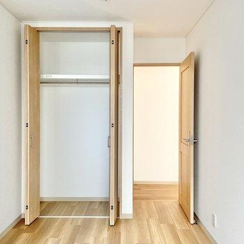【2階:階段奥側洋室】お!ここにも収納!ありがたい〜!(※写真は1階の同間取り別部屋のものです)