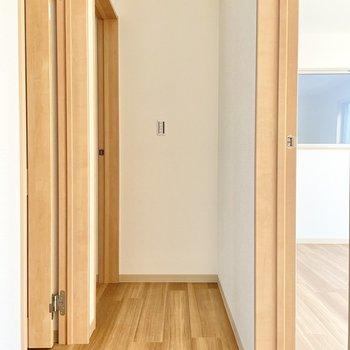 【2階:廊下】右に1つ、左に2つの洋室があります。(※写真は1階の同間取り別部屋のものです)