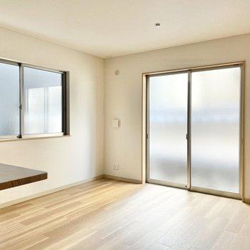 【1階:リビング】扉は半透明。スタイリッシュですね。(※写真は1階の同間取り別部屋のものです)
