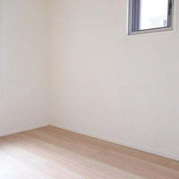玄関側の洋室は寝室にちょうどいい。(※写真は5階の同間取り別部屋のものです)