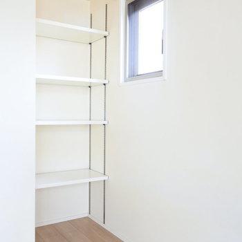 棚が調整できるってステキ!(※写真は5階の同間取り別部屋のものです)