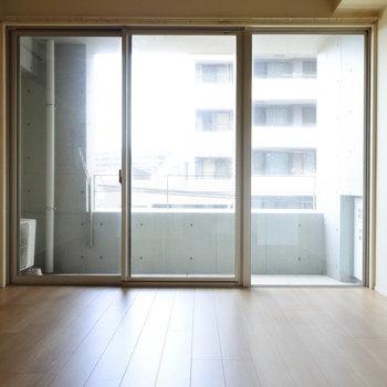 大きな窓のおかげで北向きだけど明るいですよ。(※写真は5階の同間取り別部屋のものです)