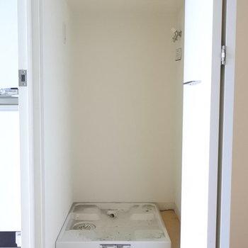 廊下のはしっこに洗濯機。折れ戸でかくせますよー。(※写真は5階の同間取り別部屋のものです)