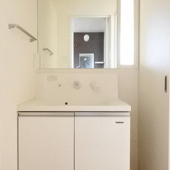 洗面はスクエアタイプがおしゃれですね。(※写真は5階の同間取り別部屋のものです)