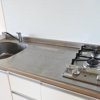 調理スペースがちゃんとあるのでお料理もしっかりできそう。(※写真は5階の同間取り別部屋のものです)