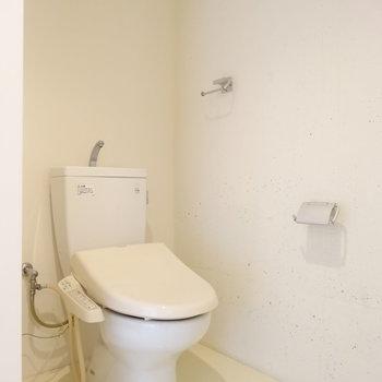 トイレは脱衣所にあるアメセパタイプ。※写真は同間取り・別部屋のもの