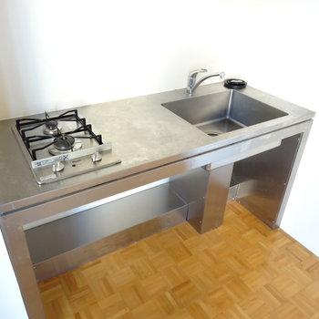 一度は憧れるステンレスのキッチン※写真は同間取り・別部屋のもの