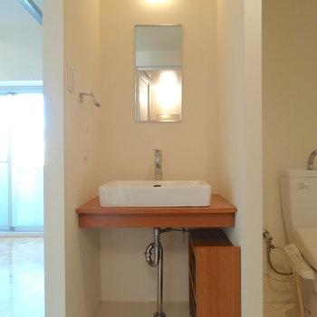洗面台、下の棚も合わせてかわいい!※写真は同間取り・別部屋のもの