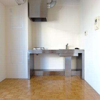 キッチンは曲がったさきに※写真は同間取り・別部屋のもの