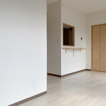 キッチンからひょっこり顔をだせる仕様です。(※写真は5階同間取り別部屋のものです)