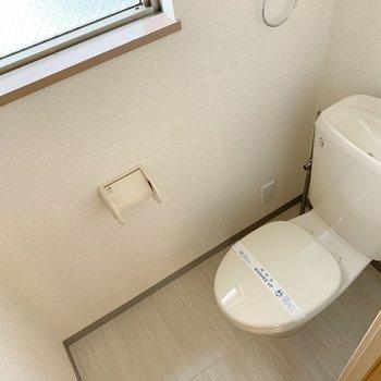 トイレも棚付きでした。便座カバーがあるといいですね。(※写真は5階同間取り別部屋のものです)