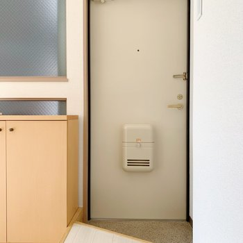玄関はちょいとコンパクト。(※写真は5階同間取り別部屋のものです)