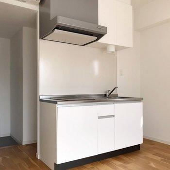 キッチンは白で清潔感◎(※写真は7階の同間取り別部屋のものです)