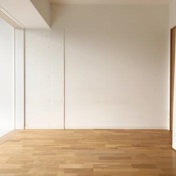 キッチンと反対側がベッドスペース。シングルサイズがオススメ。(※写真は7階の同間取り別部屋のものです)