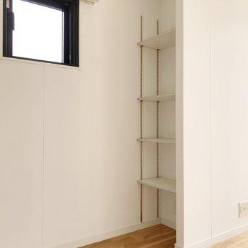 冷蔵庫置場の向かいにはこんな棚。パントリーに活躍しそう。(※写真は7階の同間取り別部屋のものです)