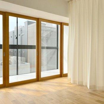 カーテンと引き戸、全部閉めるとこんな感じ。圧迫感がないのが凄い…(※写真は7階の同間取り別部屋のものです)