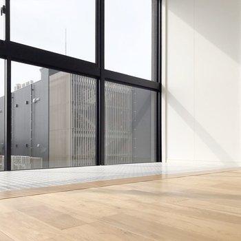 壁もコンクリートの質感が素敵なんです。(※写真は7階の同間取り別部屋のものです)