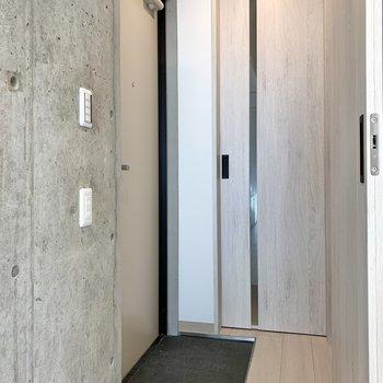玄関は段差が少ないです。すぐそばの扉を開くと……