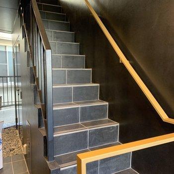 お部屋までは階段。大きな荷物の際は幅のご確認を。