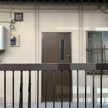 サイド窓からはお隣さんの共用部が見えます。