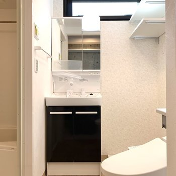 洗面室の上部にも窓が。より明るく感じますね。