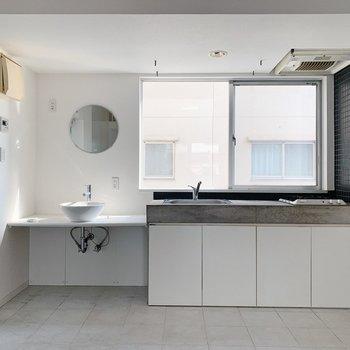 キュートな洗面台とかっこいいキッチン。