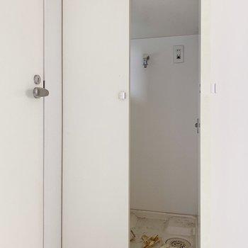 向かい側の扉をあけると洗濯機置き場。生活感を程よく隠してくれますよ◎(※写真はクリーニング前のものです)