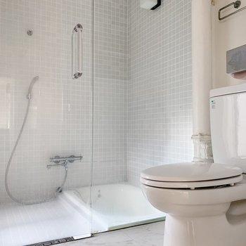 お次はサニタリー。ガラス張りのお風呂がお目見え。(※写真はクリーニング前のものです)