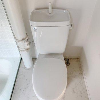 トイレはシンプル。おしゃれなカバーを買いに行かなくちゃ!
