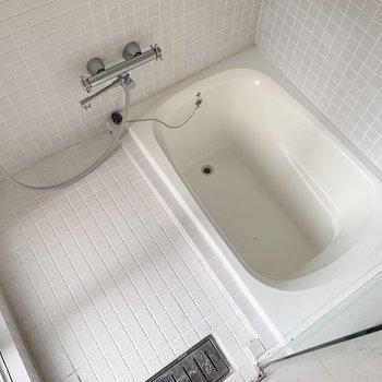 お風呂はコロンとしてかわいいバスタブです◯(※写真はクリーニング前のものです)