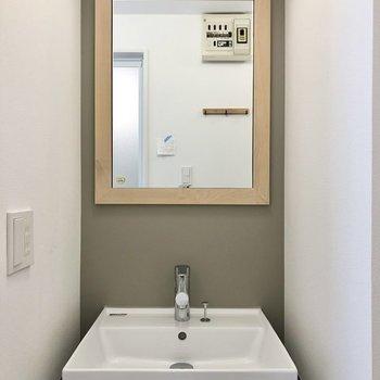 【イメージ】木枠のミラーが可愛い洗面台。