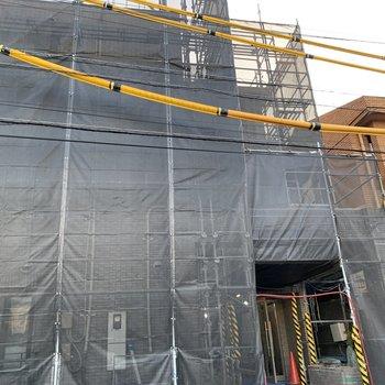 外構も現在工事中!3階建てのマンションです。