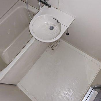 お風呂は2点ユニットタイプ。まだまだきれいです。(※写真はフラッシュを使用しています)