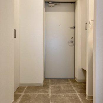 玄関には仕切りがないので、マットなどを用意してメリハリをつけるのもいいですね。