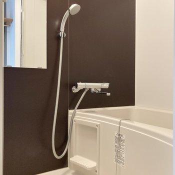 バスルームにはシックなクラスが貼られていて、上品さも兼ね備えています。