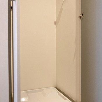 洗濯機置き場は扉付きなので生活感もカバーできますよ。
