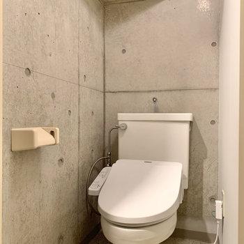 トイレ上は階段になっています。