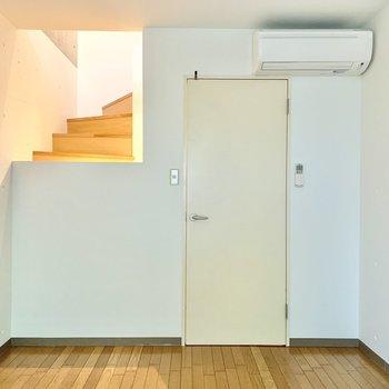【洋室】階段がすこーし見えるのがオシャレですね。